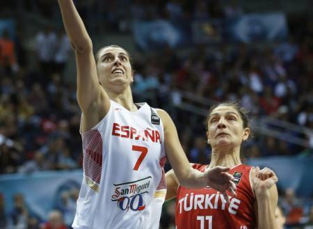 Alba Torrens (l.) wurde1989 im mallorquinischen Örtchen Binissalem geboren.