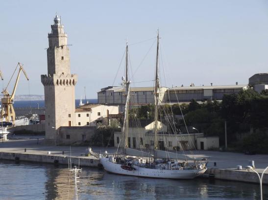 Das Segelschulschiff Falken ankert vor Mallorca.