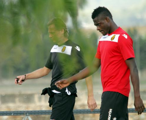 Ein Sieg muss her: Karpin (l.) mit seinem Spieler Kasim Adams beim Training im Trainingszentrum Son Bibiloni.