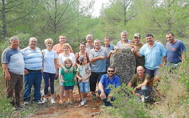 Bürger aus Lloret posieren mit dem 1200-Kilo-Felsbrocken.