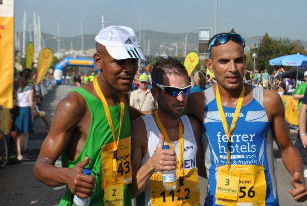 Sieger Roldán (Mitte) brauchte bei den Männern eine Zeit von 2:30 für die 42,19 Kilometer. Zweiter wurde der für Tschechien star