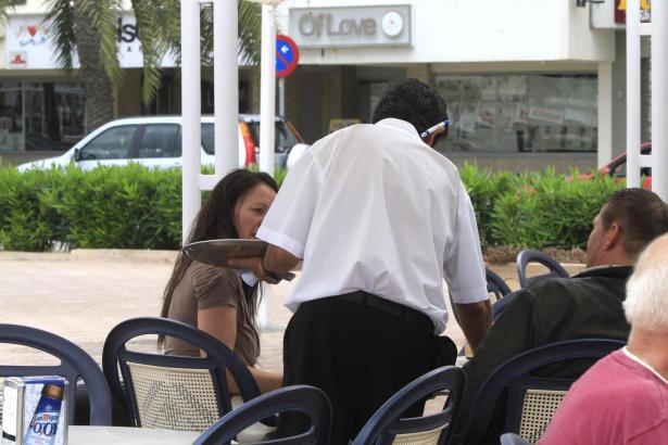 """Einem Kellner auf Mallorca winkt nach jahrelangem Rechtsstreit nun ein größeres """"Trinkgeld"""" von seinem Erzeuger."""