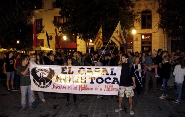 Auf dem Rathausplatz von Palma de Mallorca wurde gegen Hooligans demonstriert.
