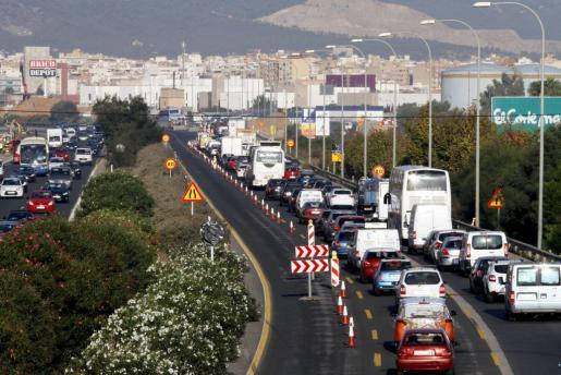 Nach dem Flughafen und vor der Baustelle in Richtung Zentrum: Der Verkehrsweg wird von drei auf zwei Fahrspuren verengt. Das füh