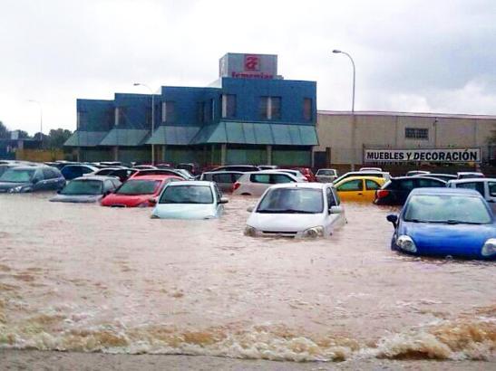 Nach dem Wolkenbruch: Das Industriegebiet von Llucmajor steht unter Wasser.