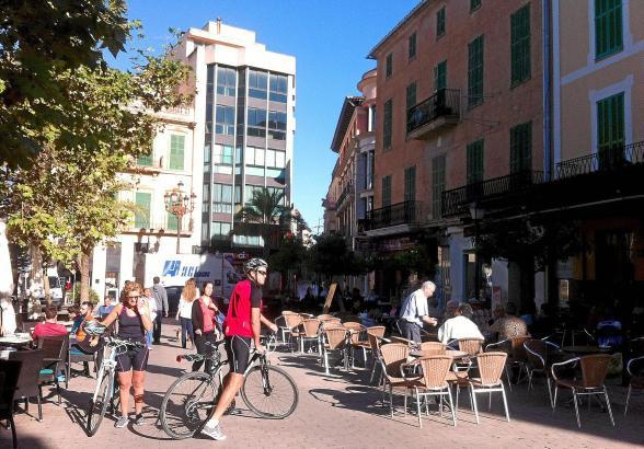 """Die Plaça Sa Bassa ist einer jener Plätze in Manacor, an denen Besucher fast zwangsläufig vorbeikommen und in den Cafés """"hängen"""