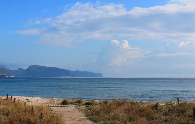 Sonnen-Wolken-Spiel an der Bucht von Pollença. So wie auf dem Foto, das am Mittwoch entstand, präsentiert sich das Wetter auch a