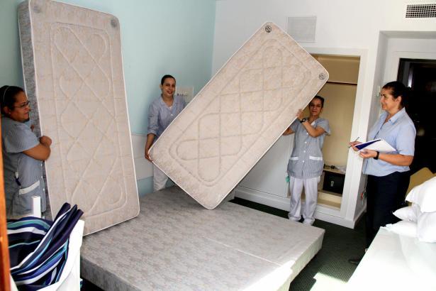Ein letztes Mal wird der Zustand der Matratzen auf den Zimmern kontrolliert.