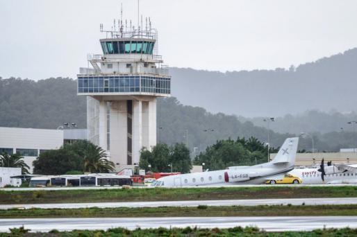 Auf Ibiza wurde ein geparktes Privatflugzeug vom Wind erfasst und über das Rollfeld in eine Wiese verlagert.