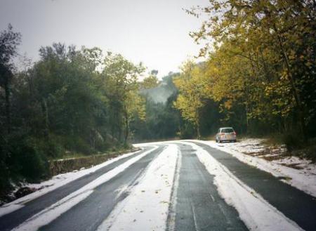 Die Landtraße im Tramuntana-Gebirge zeigte sich von Hagelkörnern geweißt.