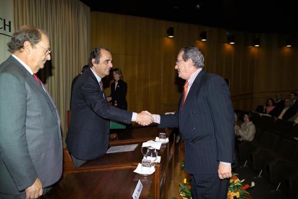 Juan March Delgado (links) und Carlos March Delgado bei einer Mitarbeiterehrung in ihrer Bank.