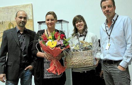 Michele Aline Kunz (2.v.r.) wurde am Montag als 500. Mitarbeiterin begrüßt. Mit auf dem Foto (v.l.) Geschäftsführer Dirk Moreno,