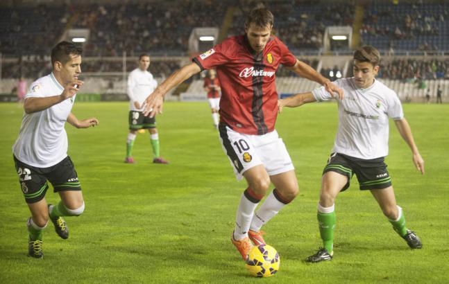 Marko Scepovic (M.) am Ball. Der Serbe traf für Real Mallorca auch gegen Racing Santander.