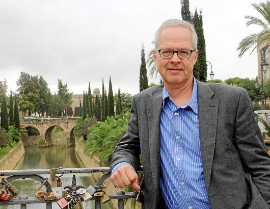 Der deutsch-spanische Jurist am Torrent de Sa Riera ganz in der Nähe seiner Kanzlei im Carrer Catalunya in Palma de Mallorca.