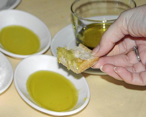 High-End-Öle genießt man oft pur mit Brot und Salzblume oder verwendet sie für Salat.