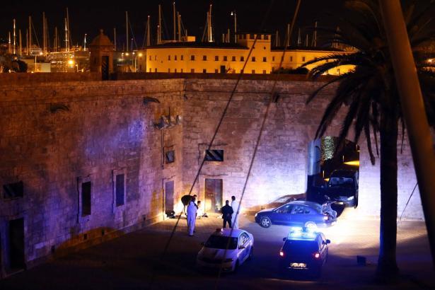 Ein schwedischer Urlauber ist in Palma de Mallorca beim Sturz von der Stadtmauer in acht Meter Tiefe tödlich verunglückt.
