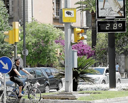 Ein öffentliches Thermometer zeigte am Sonntag in Palma de Mallorca 28 Grad an.