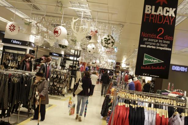 Im Warenhaus El Corte Inglés kündigen Plakate den Black Friday samt Preissenkungen an.