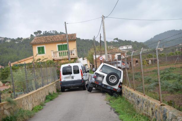 Hier konnte nur noch ein Abschleppwagen helfen. Er zog das rechte Auto aus dem Graben.