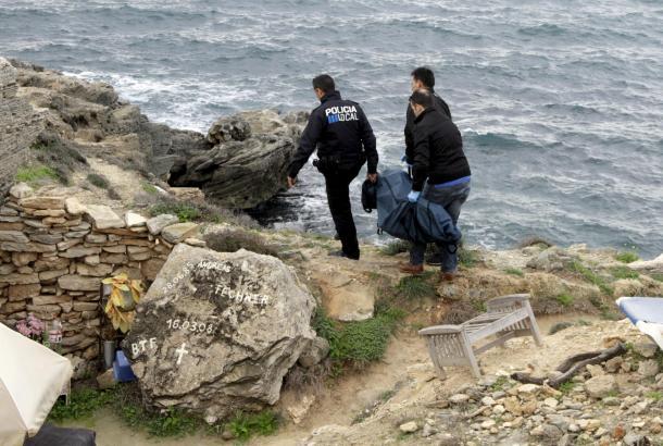 Beamte der Lokalpolizei transportieren den Leichnam des Obdachlosen ab.