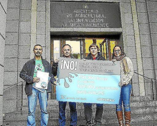 150.000 Unterschriften überreicht: die Delegation der Umweltschützer vor dem Umweltministerium.