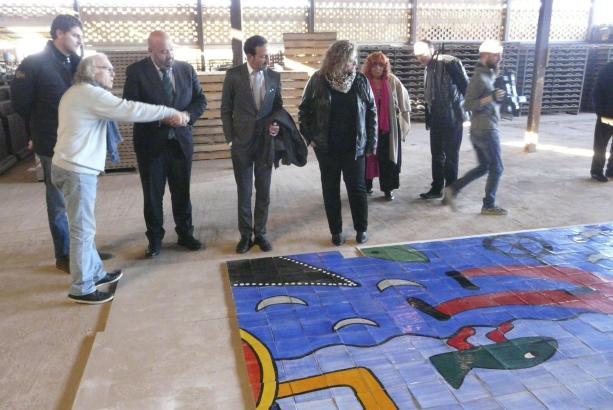Gustavo erklärt einigen Lokalpolitikern sein Werk.