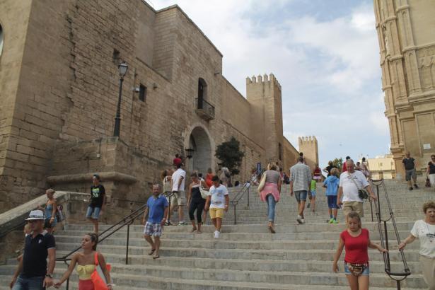 Palma-Besucher auf den Treppen vor dem Almudaina-Palast.