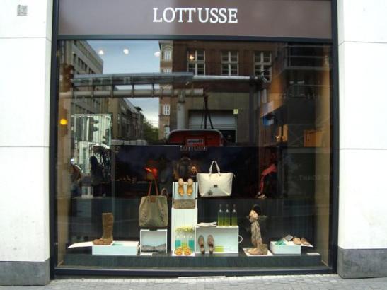Das Schaufenster des Lottusse-Geschäfts in der Düsseldorfer Altstadt.