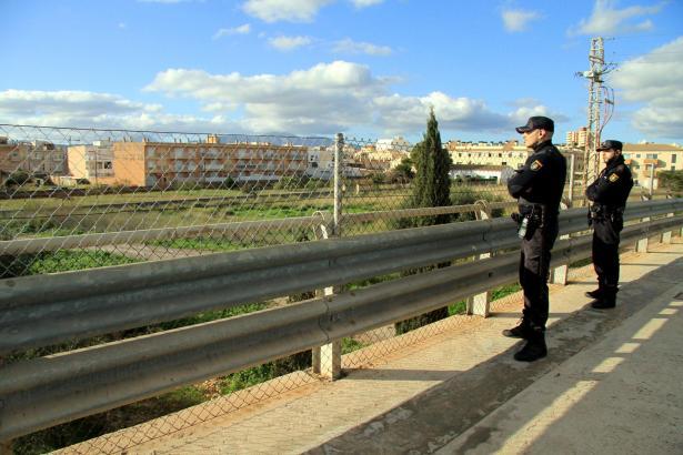 Die Polizei patroulliert verstärkt auf Autobahnbrücken.