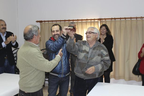 Bürgermeister Pere Joan Jaume und Gemeinderat Antoni Comas bekamen eine Auszeichnung in Form eines kleinen Ferkels.