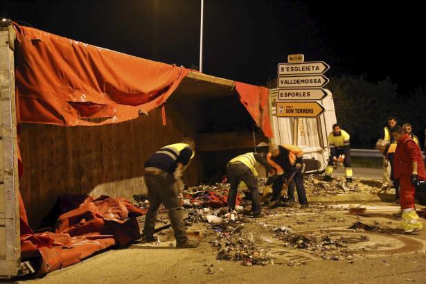 Chaos auf der Carretera: Einige der Müllpakete sind beim Aufprall aufgeplatzt.