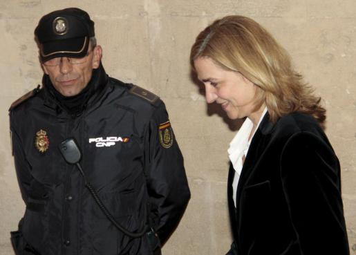 Das Archivfoto zeigt Cristina beim Gang zur richterlichen Vernehmung im Februar 2014 in Palma  de Mallorca.