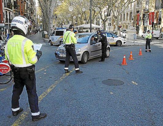 Bitte einmal pusten: Eine Verkehrskontrolle im Zentrum von Palma.
