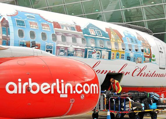 Air-Berlin-Maschine im Weihnachts-Look, am Flughafen von Palma de Mallorca.