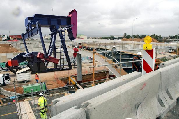 In das Foto der Autobahnstelle auf Mallorca wurde eine Ölförderanlage montiert.