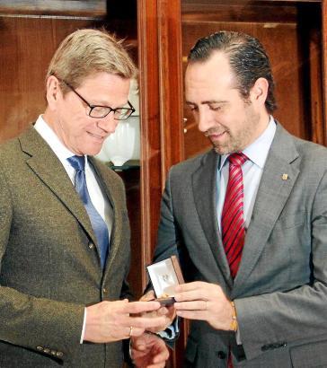 JANUAR:  Ehrung für Westerwelle.  Der Fremdenverkehrsverband Fomento de Turismo zeichnet den ehemaligen Bundesaußenminister mit