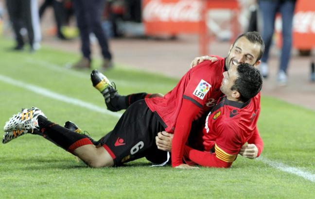 Große Freude: Gemeinsam mit Joao Victor bejubelt Bustos (l.) sein 1:0 gegen Albacete.