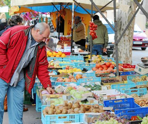 """""""Sind die auch ganz frisch?"""" Kritisch beäugt dieser Marktbesucher Obst an einem der vielen Stände."""