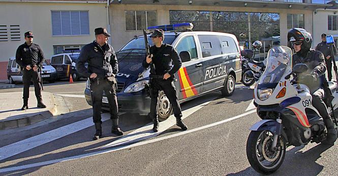 Deutlich mehr Polizeipräsenz am Hafen von Palma ...
