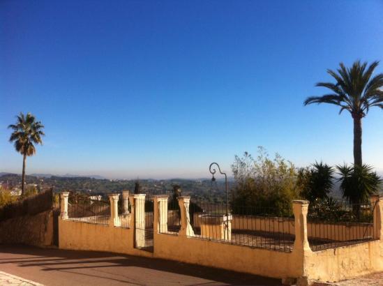 Blick von der Sonnenterrasse: Bereits am Freitag herrschte für Januar ein Traumwetter mit Sonnenschein pur aus blauem Himmel. Ge