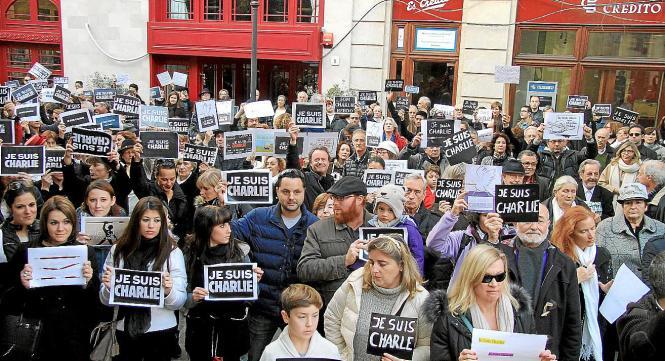 Zeitgleich mit der Massenkundgebung in Paris haben am Sonntagabend auch auf dem Rathausplatz von Palma rund 500 Menschen demonst