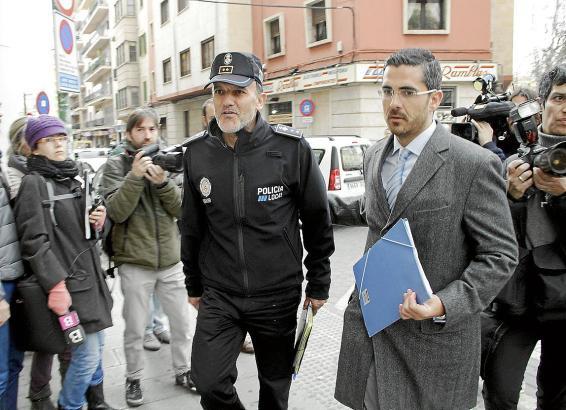 Palmas Polizeichef Joan Mut (in Uniform), begleitet von seinem Anwalt, auf dem Weg zu seiner Vernehmung  durch die spanische Nat