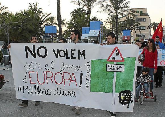 Rund 300 Demonstranten waren am Hafen von Alcúdia auf die Straße gegangen. In Alcúdia wird der Müll von den Schiffen auf LKW ver