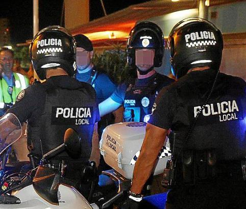 Beamte der Lokalpolizei an der Playa de Palma.