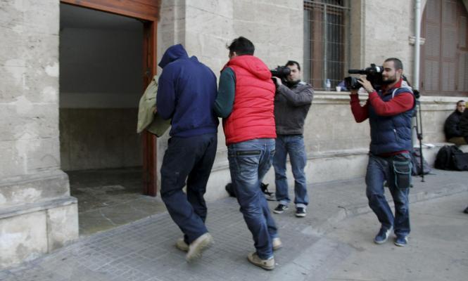 Beschuldigter Polizist (l.) auf dem Weg zur Vernehmung durch die Ermittlungsrichterin und die Anti-Korruptionsstaatsanwälte in P