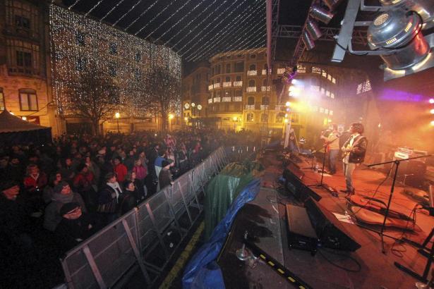Gute Stimmung trotz Regen: Livemusik mit den Wheels auf dem Rathausplatz.