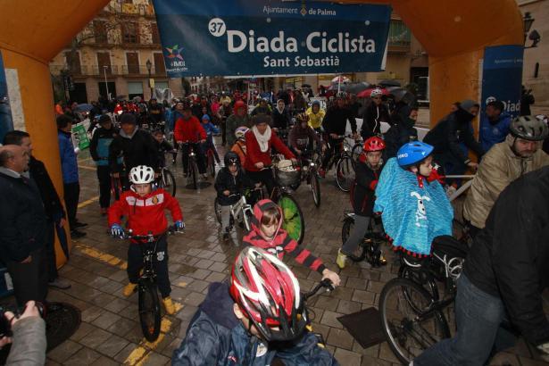 Radeln geht bei jedem Wetter. Gestartet wurde auf der Plaça Cort.