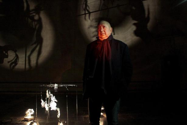 Das Schattentheater des französischen Künstlers Christian Boltanski erinnert an den mittelalterlichen Totentanz.