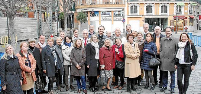 Die Freunde der Schirn Kunsthalle auf dem Rathausplatz in Palma.