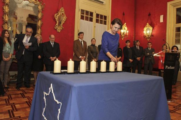 Parlamentspräsidentin Margalida Durán entzündete die letzte der sieben Kerzen.